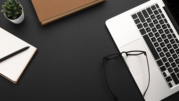 Плоская планировка рабочего стола с ноутбуком и очками Premium Фотографии