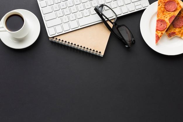 Плоская планировка рабочего стола с блокнотом и пиццей Бесплатные Фотографии