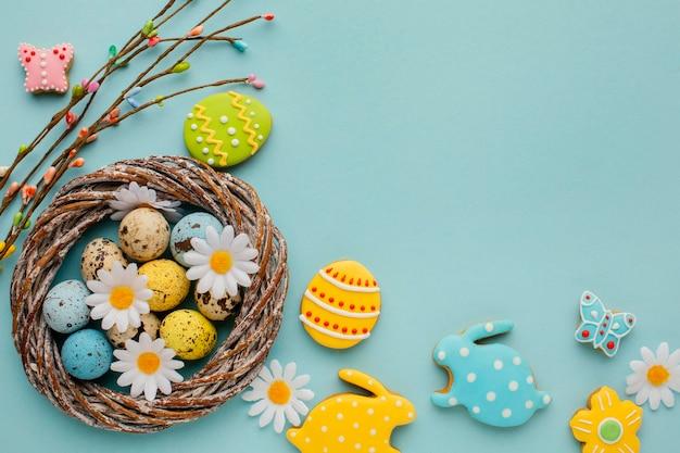 Плоская кладка пасхальных яиц в корзине с цветами ромашки и в форме кролика Бесплатные Фотографии