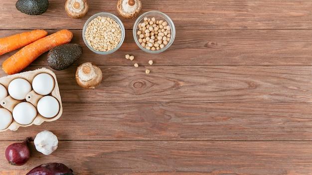 Плоская кладка яиц с овощами и бобами Бесплатные Фотографии