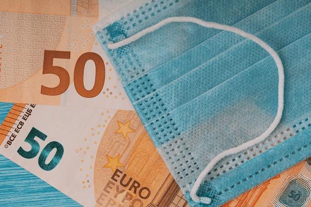 Плоская планировка маски для лица и банкнот евро Premium Фотографии