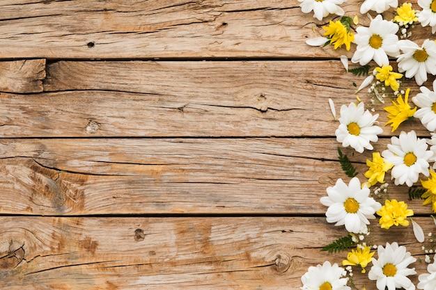 木製のテーブルに花の概念のフラットレイアウト Premium写真