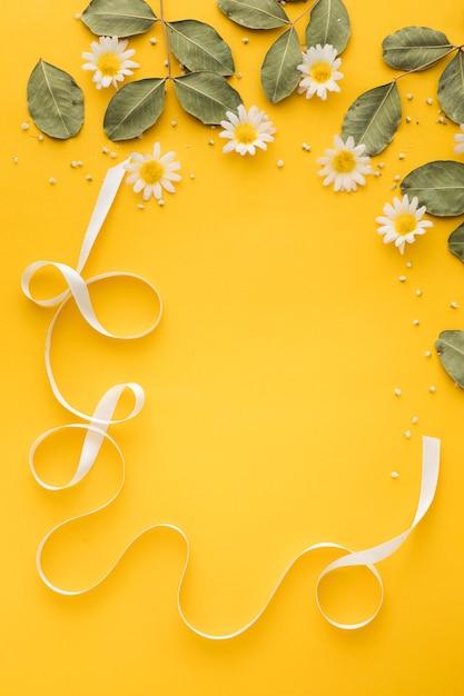 Плоская планировка цветочной концепции с копией пространства Premium Фотографии