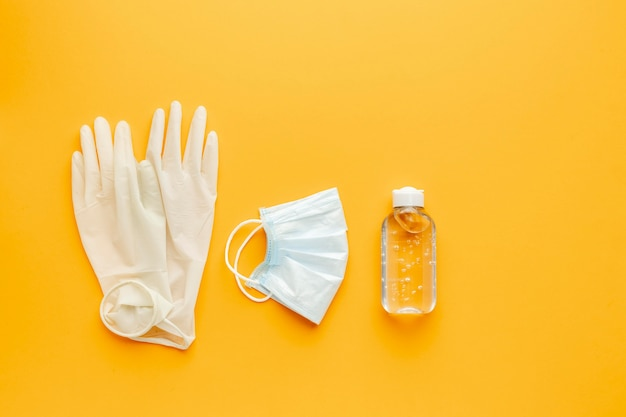 Плоская планировка перчаток с медицинской маской и дезинфицирующим средством для рук Бесплатные Фотографии