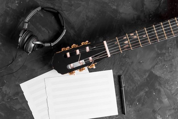 ギターと音楽ノートのフラットレイアウト 無料写真
