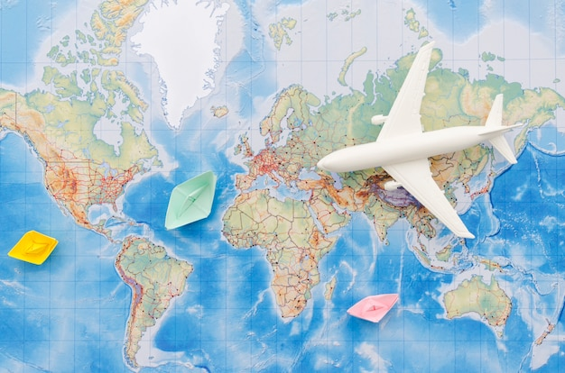 飛行機のおもちゃと地図のフラットレイアウト Premium写真