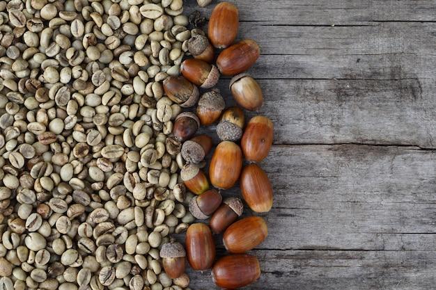 Плоская планировка средней обжарки кофейных зерен и желудей на деревянных в качестве фона Premium Фотографии