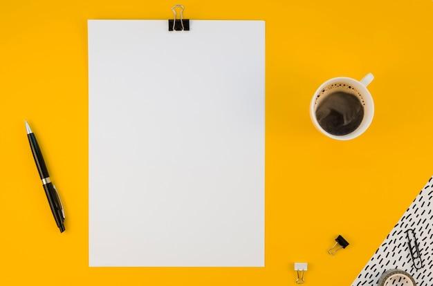 コーヒーと事務用品のフラットレイアウト 無料写真
