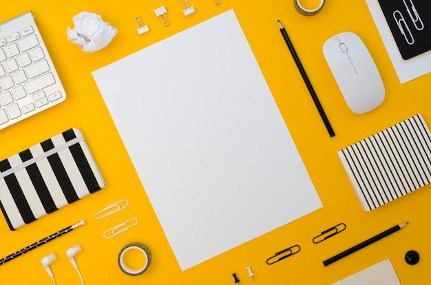 マウスとヘッドフォンを備えた事務用品の平置き 無料写真