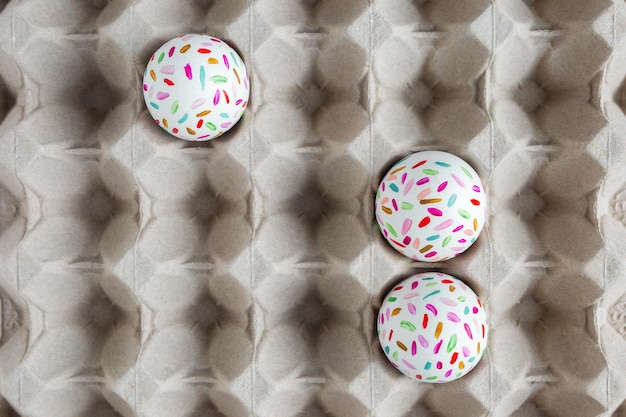판지에 그려진 된 부활절 달걀의 평면 배치 무료 사진