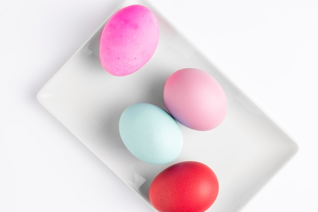 Раскрашенные пасхальные яйца на тарелке Бесплатные Фотографии