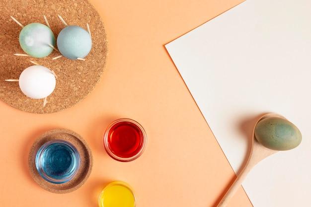Плоская планировка расписных пасхальных яиц с краской Premium Фотографии