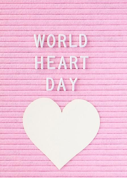 Плоское бумажное сердце на всемирный день сердца Бесплатные Фотографии