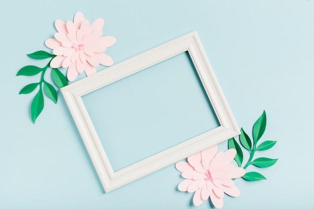Плоские бумажные весенние цветы с рамкой Бесплатные Фотографии