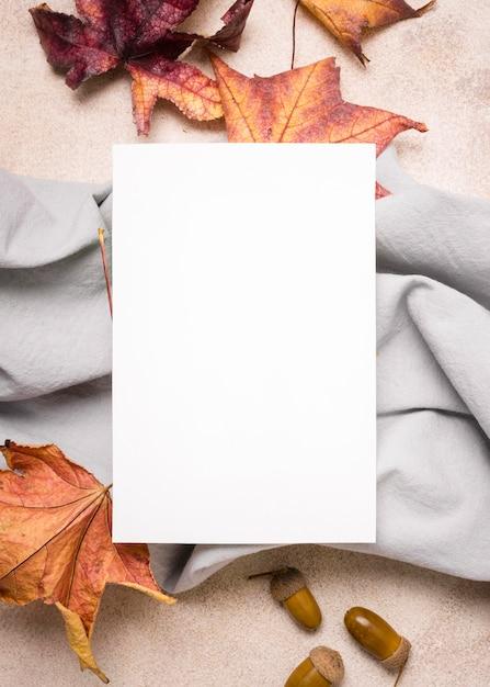 布と秋の紅葉と紙のフラットレイアウト 無料写真