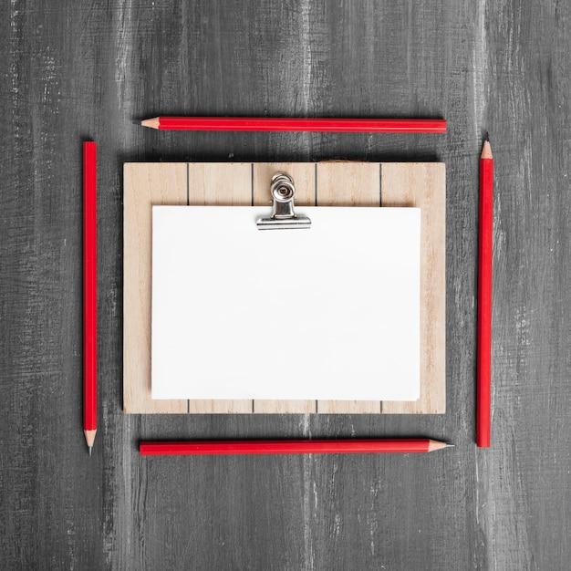 Плоские листы бумаги и буфера обмена на деревянный стол Бесплатные Фотографии