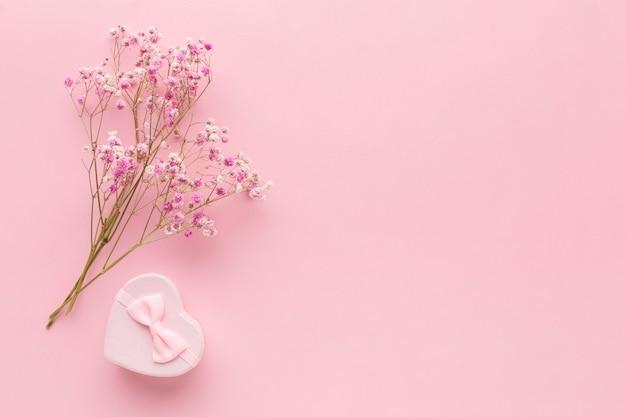Плоская планировка розового подарка с цветами и копией пространства Premium Фотографии