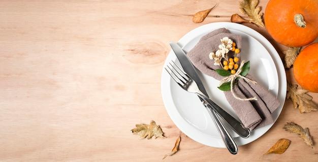 カトラリーとコピースペース付きの感謝祭のディナー用の平らなプレート Premium写真