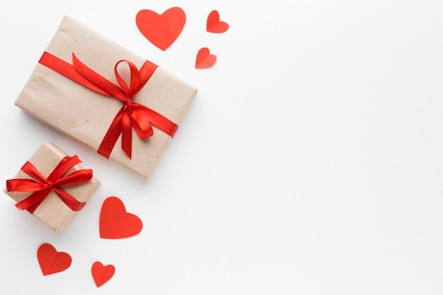 Плоская планировка подарков с сердечками и копией пространства Бесплатные Фотографии