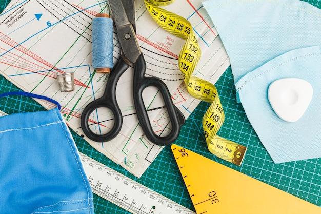 巻尺と糸でハサミを平らに置く Premium写真