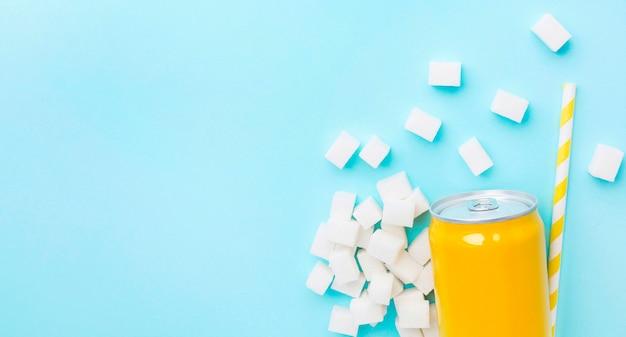 Плоская планировка безалкогольного напитка с кубиками сахара и соломинкой Бесплатные Фотографии