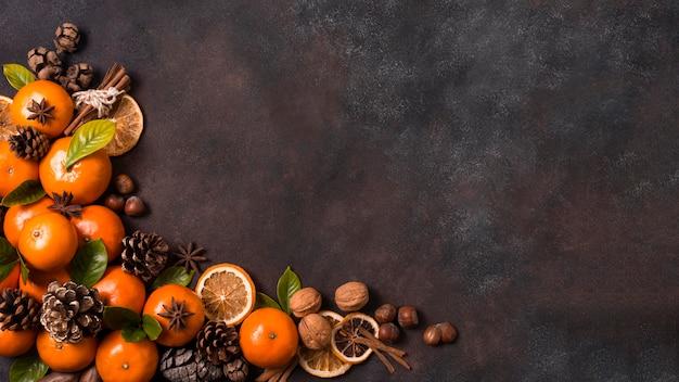 Плоская кладка мандаринов с шишками и грецкими орехами на рождество Бесплатные Фотографии