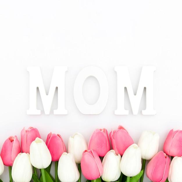 Плоская планировка из тюльпанов и слова мамы Бесплатные Фотографии