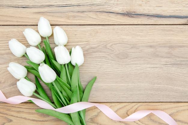 Плоская планировка из тюльпанов на деревянный стол Бесплатные Фотографии