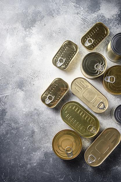 さまざまな缶詰食品のフラットレイアウト Premium写真