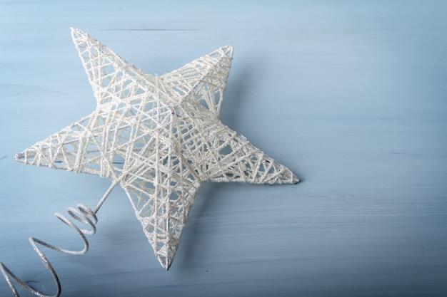Плоская планировка белой елочной игрушки в виде звезды на деревянном фоне Бесплатные Фотографии