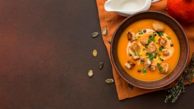 Плоская планировка зимнего супа из кабачков в миске с копией пространства Бесплатные Фотографии