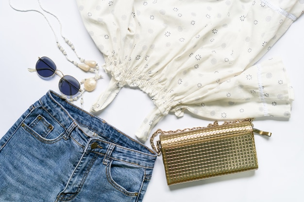Плоская одежда женской одежды и аксессуаров, установленных в очках, сумочке. Premium Фотографии