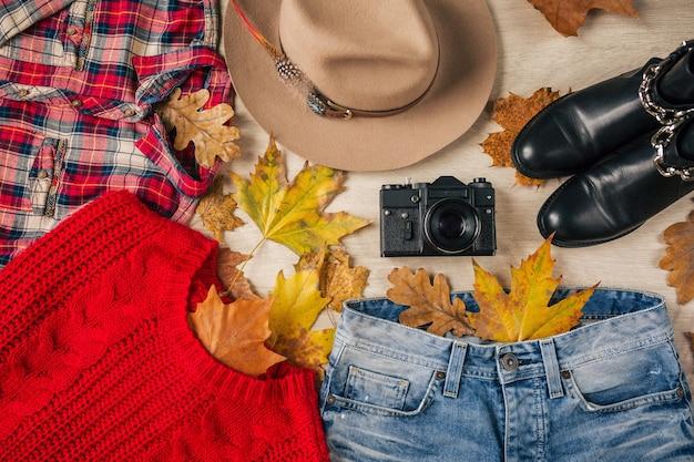 Плоская планировка женского стиля и аксессуаров, красный вязаный свитер, клетчатая рубашка, джинсы из денима, черные кожаные ботинки, шляпа, осенняя мода, вид сверху, одежда, желтые листья Бесплатные Фотографии