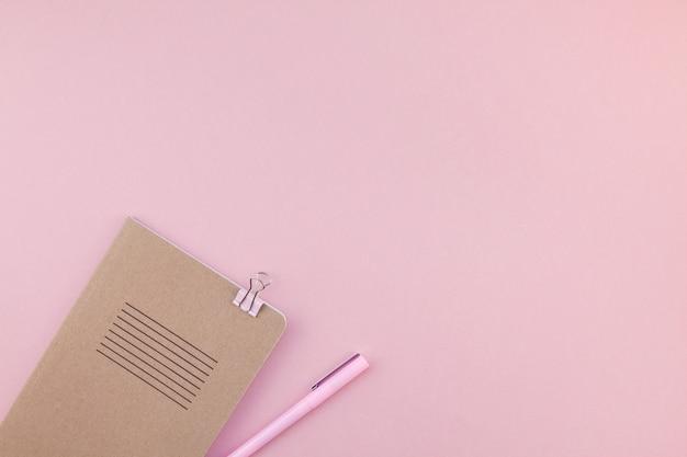 Плоская планировка рабочего стола женщины Premium Фотографии
