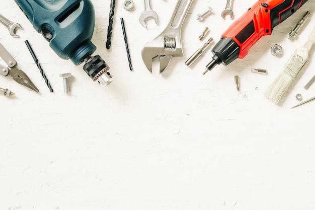 Плоский lay of working строительных инструментов на гранж белый лес. Premium Фотографии