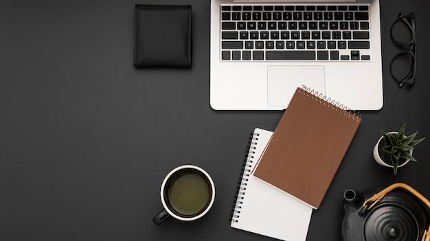 Плоская планировка рабочей станции с ноутбуком и чашкой чая Premium Фотографии