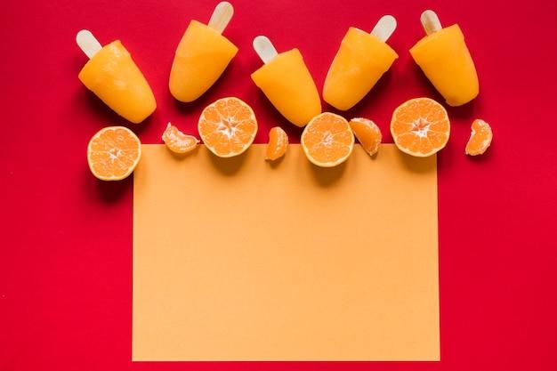 Плоская планировка вкусного фруктового мороженого с копией пространства и апельсинов Premium Фотографии