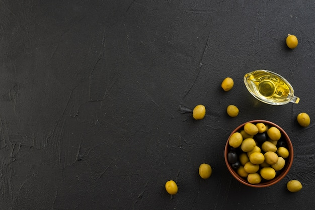 Flat lay olives with copy space background Free Photo