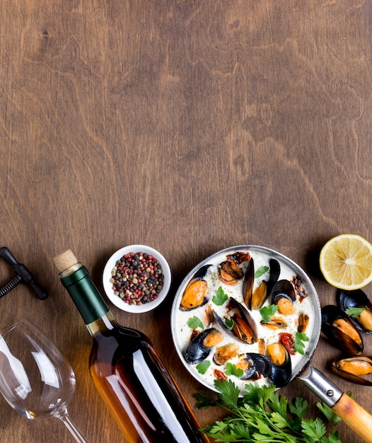 Flat-lay pan with mussels in white sauce and wine with copyspace Free Photo