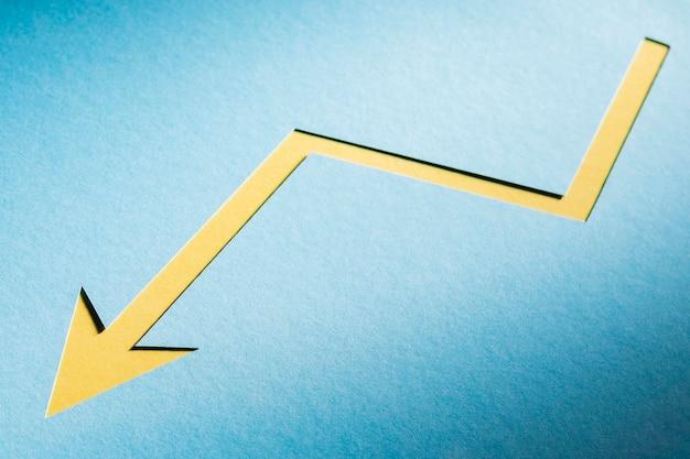 経済危機を示す平らな紙の矢印 無料写真