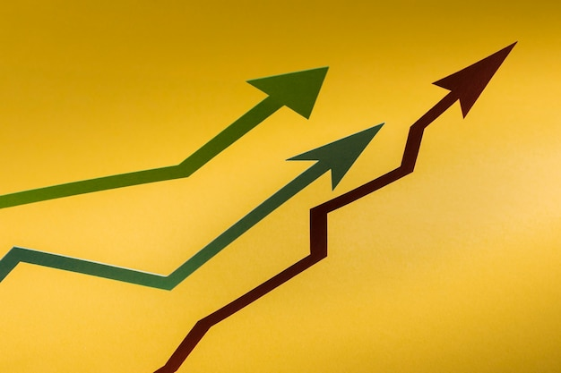 Freccia di carta piatta che indica la crescita dell'economia Foto Gratuite