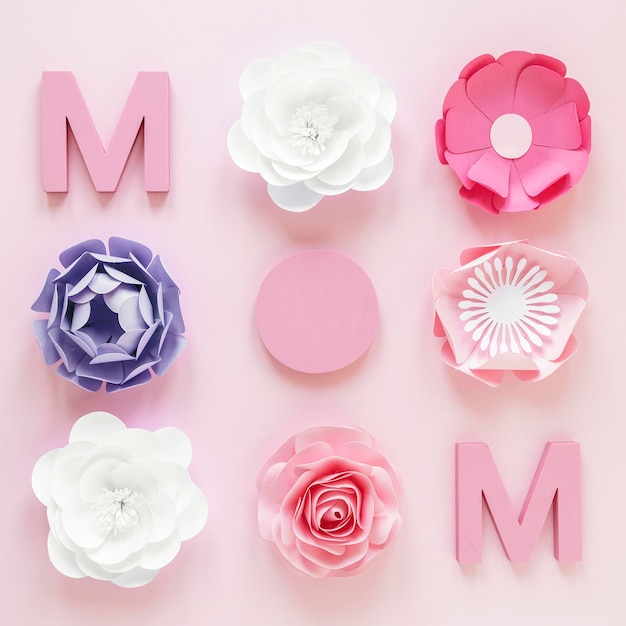 Flat lay paper flowers for mother's day Free Photo