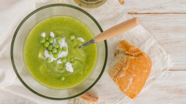Zuppa di piselli piatta con pane Foto Gratuite