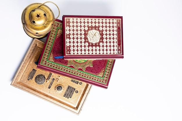 イスラムの本の平らなレイパイル Premium写真