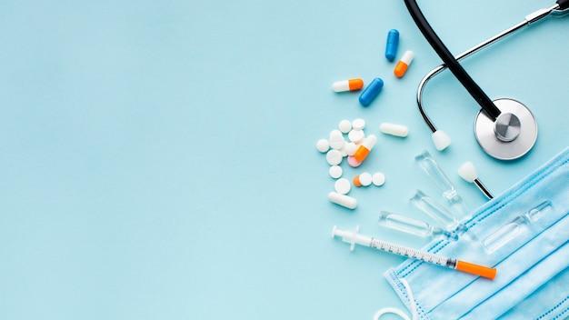 Плоские лежал таблетки и шприц с копией пространства Premium Фотографии