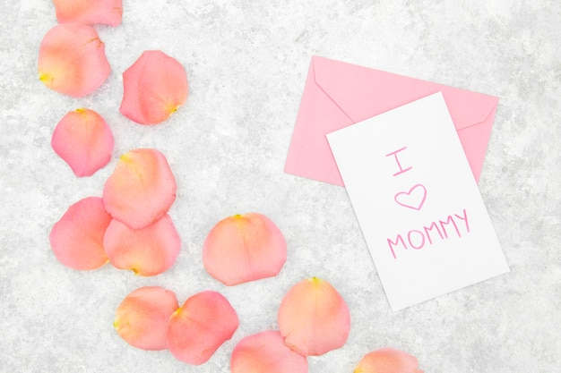 Flat lay of pink roses petals and envelope Free Photo