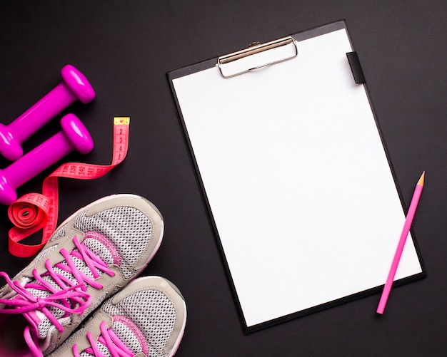 Flat lay pink sports attributes with clipboard Free Photo