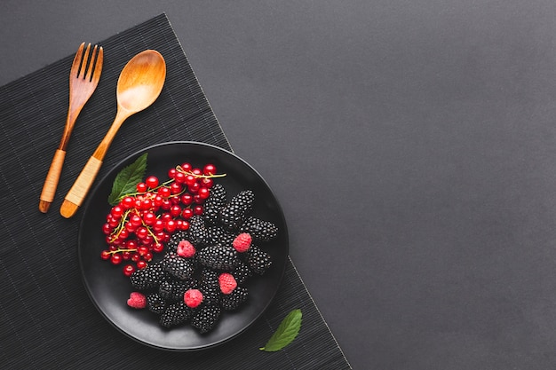 Flat-lay plate of fresh berries with copyspace Free Photo