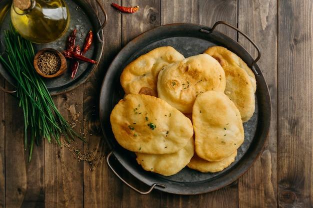 パキスタン料理のフラットレイプレート Premium写真