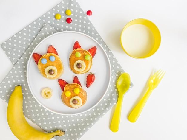 Плоская тарелка с блинами и клубникой Бесплатные Фотографии